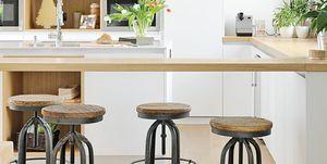 Cocina con barra y taburetes industriales