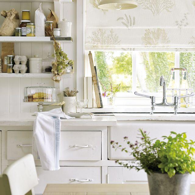cocina ordenada y luminosa