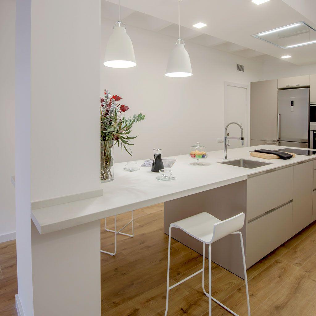 Cocina abierta al saln con mesa adosada a la pared ideas cocina Cocinas rectangulares