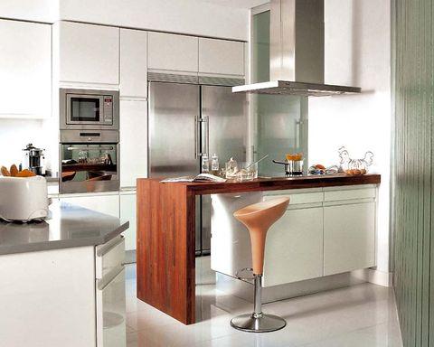 Una cocina con barra de desayunos - Barras de bar para cocinas ...