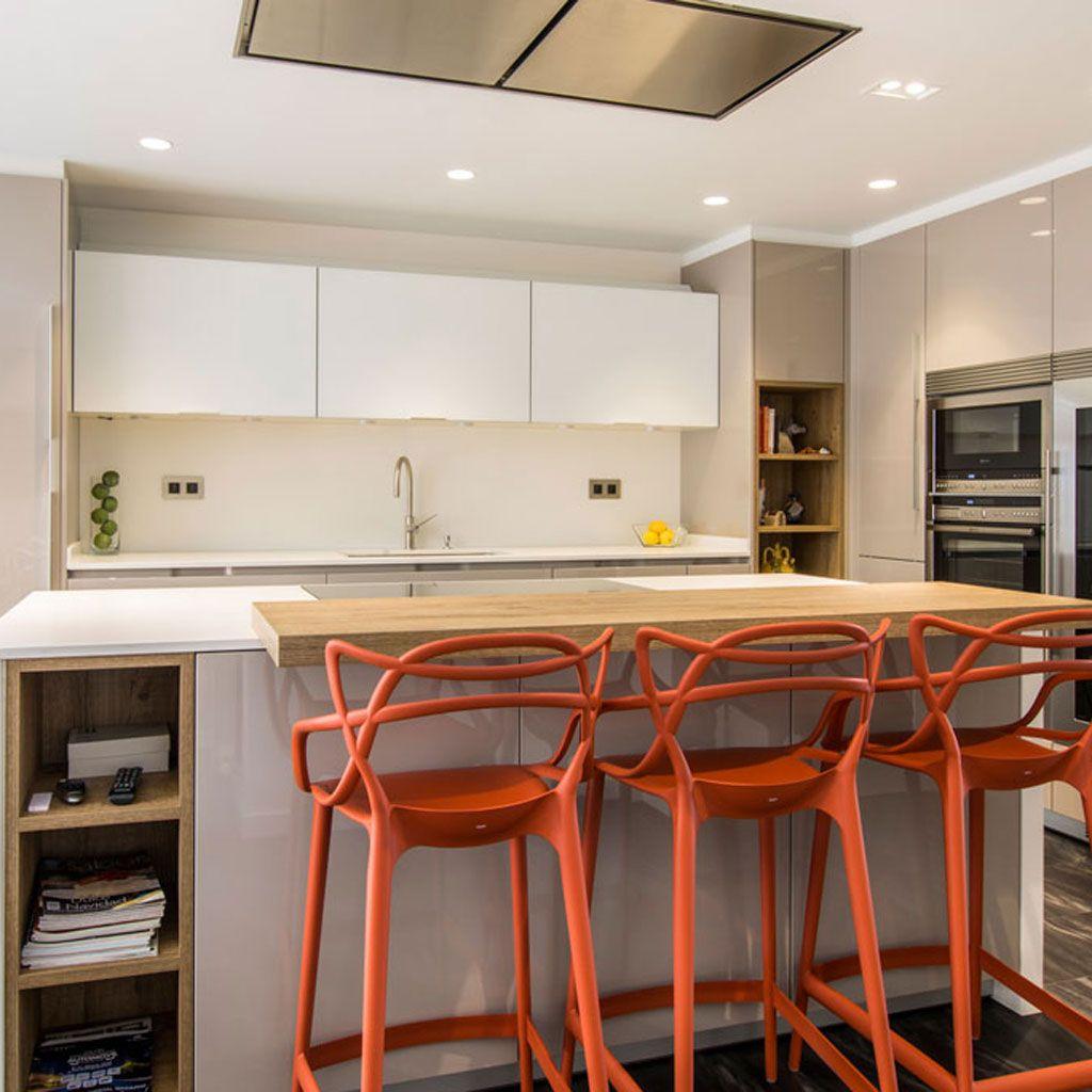 Una cocina con barra y comedor