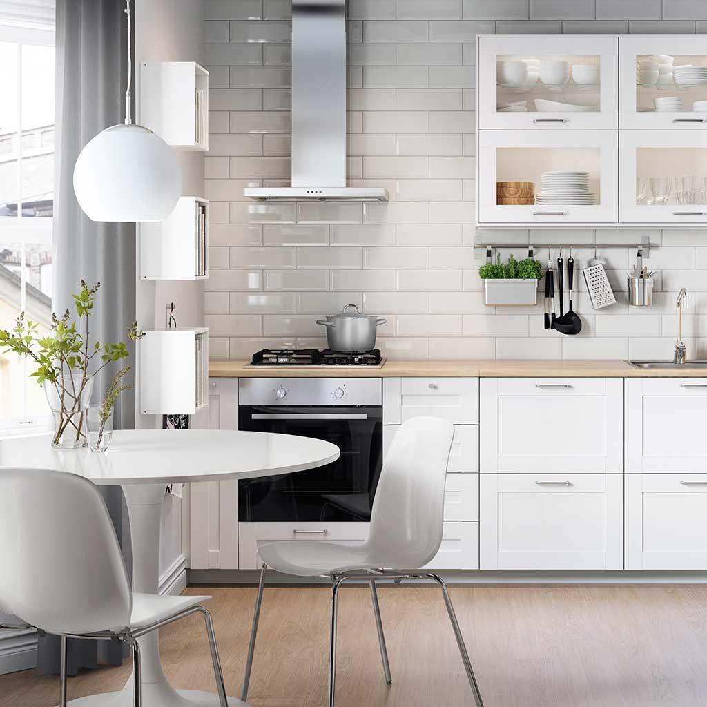 Una cocina con office