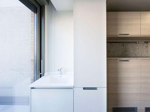 Una cocina con maxi pen nsula y cuarto de lavado for Cocina con cuarto de lavado