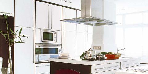 Una cocina en blanco y wengué