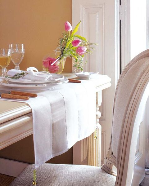 Tablecloth, Room, Petal, Serveware, Interior design, Glass, Dishware, Table, Centrepiece, Linens,
