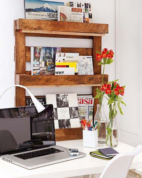 una estantería hecha con palets para el escritorio
