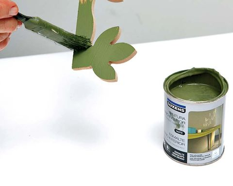 Leaf, Flowering plant, Tin, Paint, Thumb, Cylinder, Food storage containers, Tin can, Gesture, Shamrock,