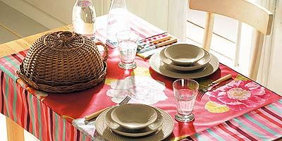 Tablecloth, Serveware, Dishware, Textile, Table, Linens, Tableware, Plate, Home accessories, Placemat,