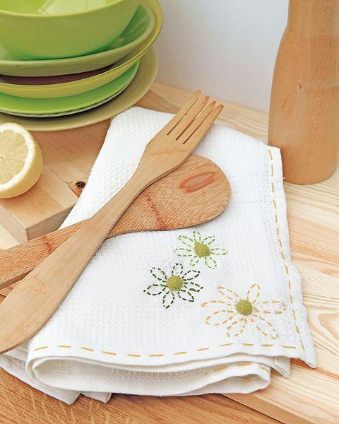 Dishware, Serveware, Lemon, Napkin, Textile, Citrus, Leaf, Plate, Fruit, Tableware,