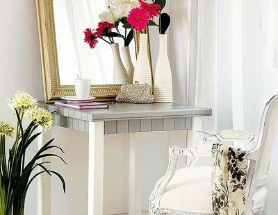 Room, Interior design, Petal, Flower, Interior design, Artifact, Bouquet, Grey, Cut flowers, Home,