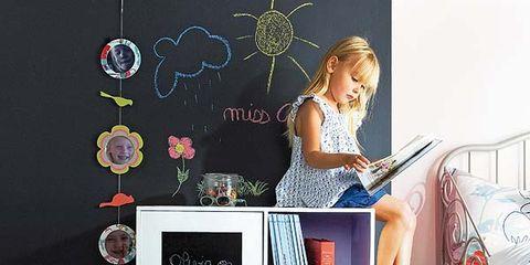 Blackboard, Linens, Bed, Bedroom, Bedding, Shelf, Shelving, Bed sheet, Chalk, Undergarment,