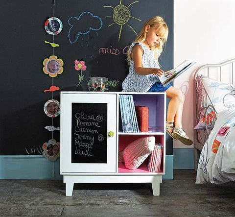 Blackboard, Linens, Bed, Bedroom, Bedding, Shelf, Shelving, Bed sheet, Chalk, Undergarment,