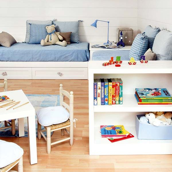 dormitorio infantil con dos camas colocadas en l