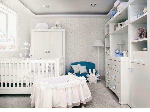 cuarto de bebé con cuna y moisés