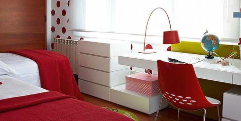 dormitorio juvenil en blanco y rojo con lunares
