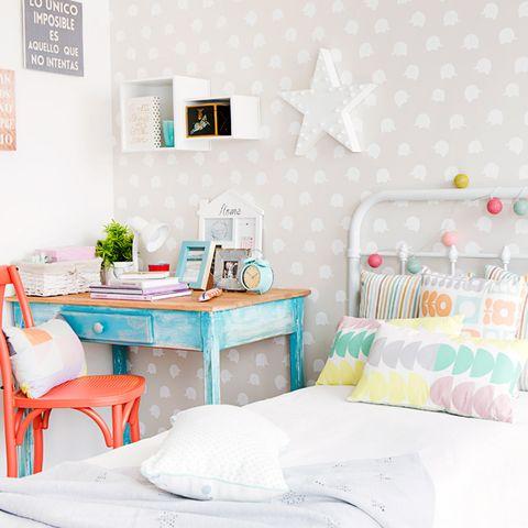Un dormitorio infantil decorado con muebles reciclados