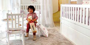 Dormitorio infantil con casita cuna