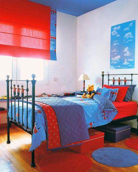 Un dormitorio juvenil en rojo y azul for Dormitorios pintados en gris
