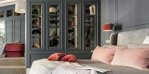 Dormitorio gris con armario y vestidor