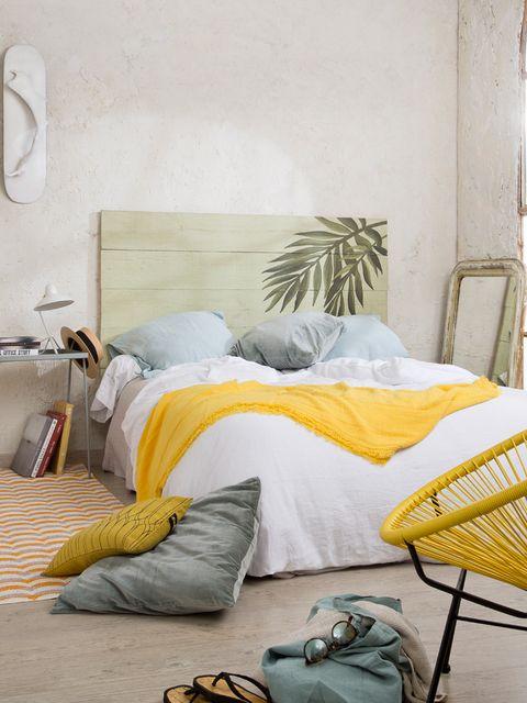 dormitorio con cabecero de estilo tropical