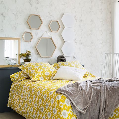 Un dormitorio decorado sin mesillas