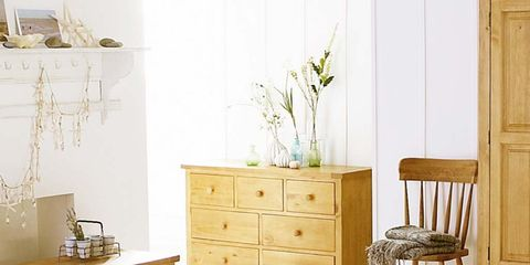 Wood, Room, Interior design, Chest of drawers, Drawer, Wall, Textile, Furniture, Home, Linens,