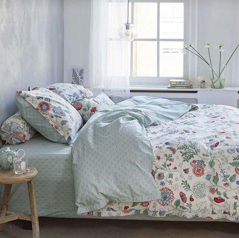 cama con funda nórdica de flores