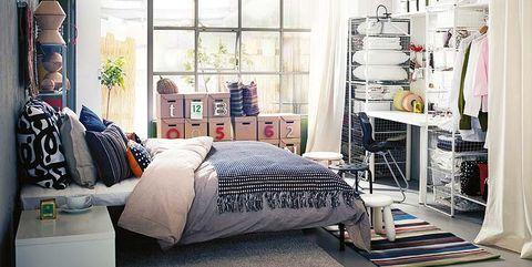 dormitorio con armario abierto