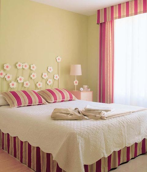 Tablecloth, Interior design, Room, Property, Bed, Floor, Textile, Bedding, Wall, Bedroom,