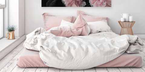 dormitorio femenino con colchón en el suelo