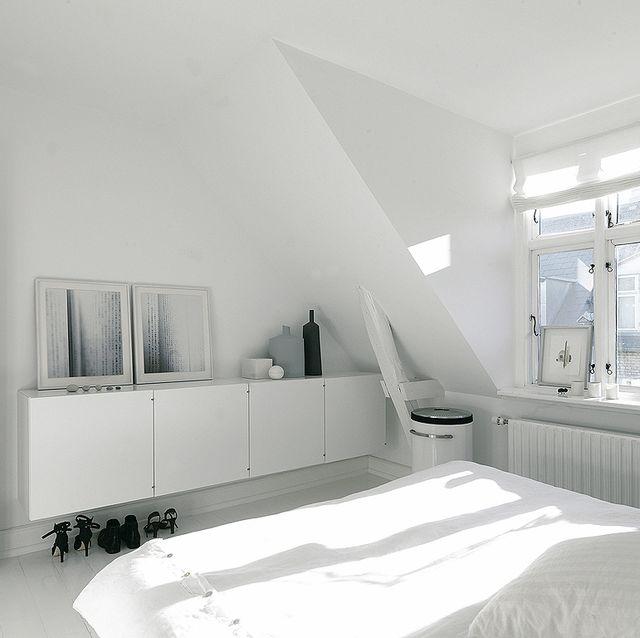 dormitorio abuhardillado todo en blanco