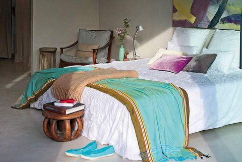 Dormitorio: taburete a los pies de la cama