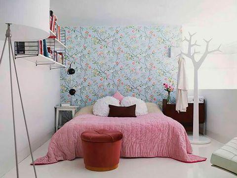 Dormitorio pequeño decorado con papel pintado