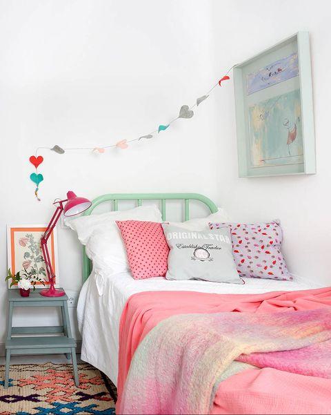 dormitorio infantil con cama verde