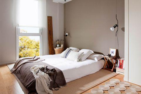 dormitorio blanco y marrón con colchón en el suelo