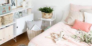 Dormitorio decorado en colores claros
