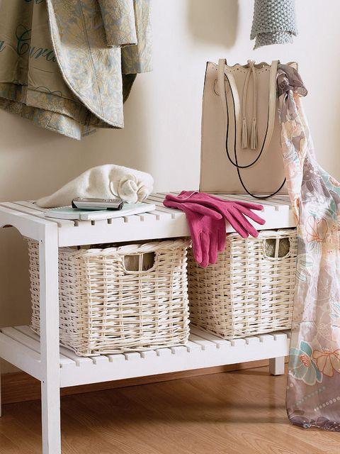 recibidor con banco y cestas para almacenaje