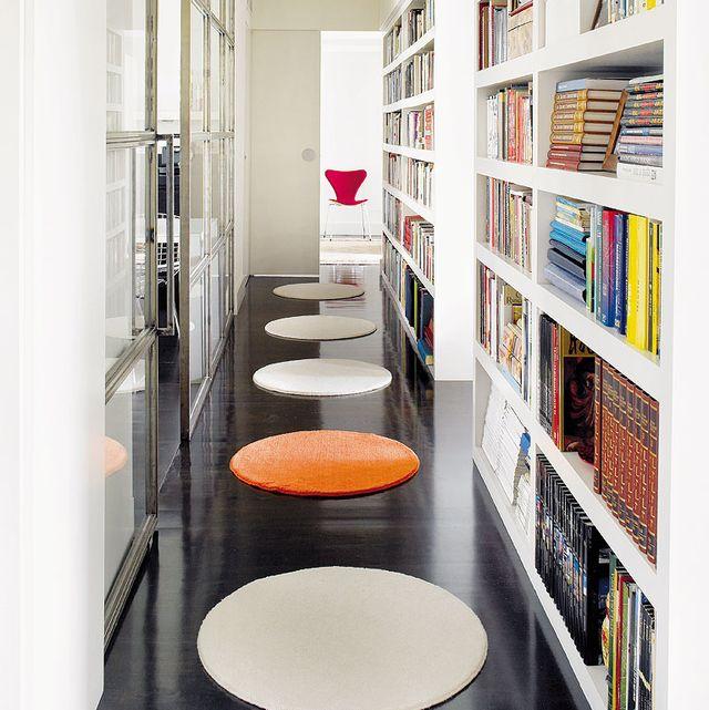 pasillo con librerías