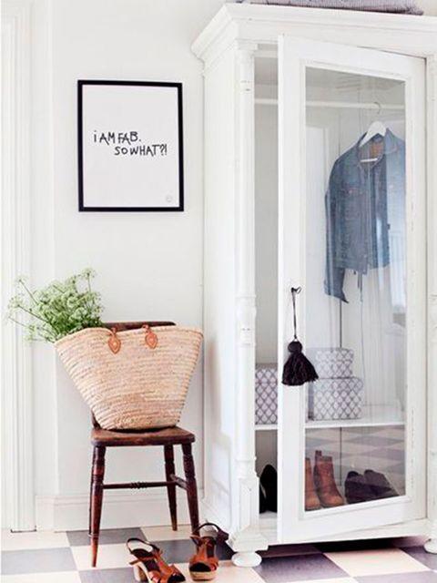 Recibidor pequeño y blanco con armario vitrina