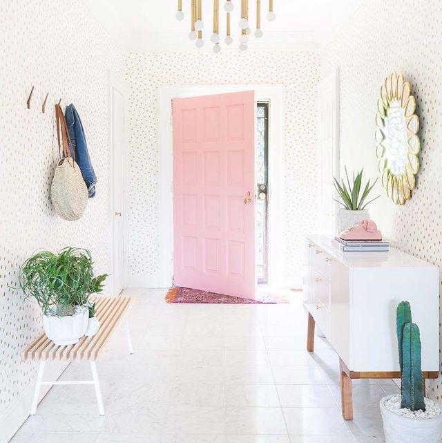 recibidor en blanco y rosa