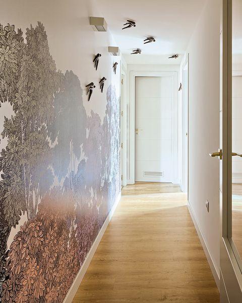 pasillo con papel pintado y pájaros decorativos