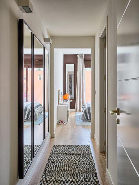 17 formas de disimular un pasillo largo y estrecho - Decorar pasillos con cuadros ...