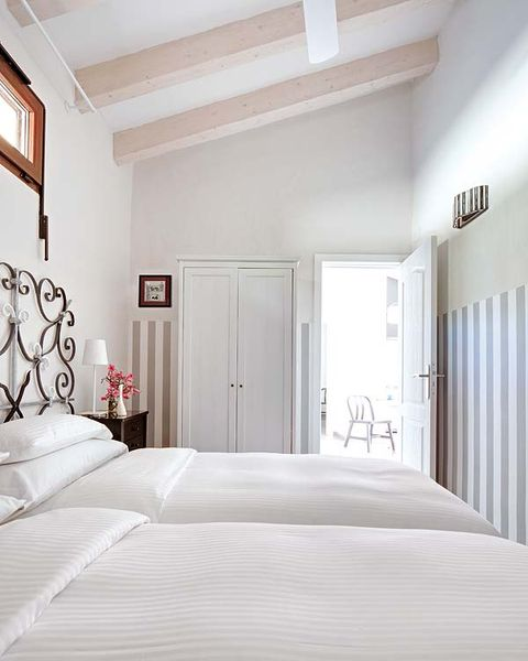 Bed, Room, Wood, Lighting, Interior design, Architecture, Floor, Bedding, Property, Wall,