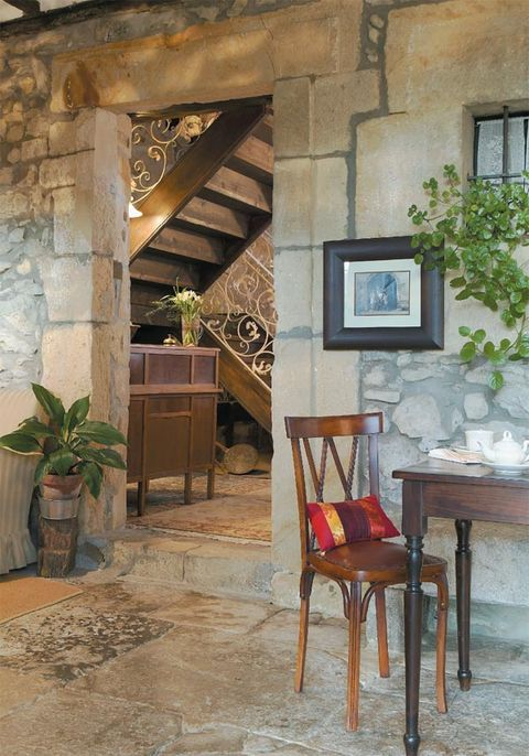 Wood, Flowerpot, Interior design, Chair, Hardwood, Houseplant, Interior design, Paint, Picture frame, Wood stain,