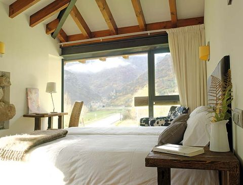 Wood, Room, Interior design, Property, Bed, Textile, Furniture, Ceiling, Wall, Linens,