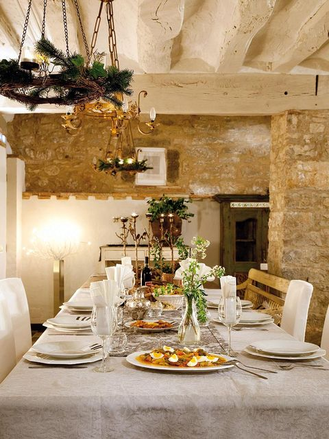 Tablecloth, Yellow, Dishware, Serveware, Interior design, Room, Table, Furniture, Tableware, Linens,