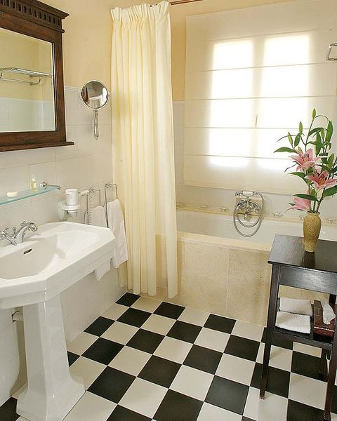 Bathroom, Tile, Room, Floor, Property, Interior design, Flooring, Ceramic, Building, Plumbing fixture,