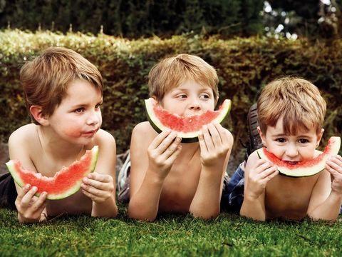 Niños comiendo sandia