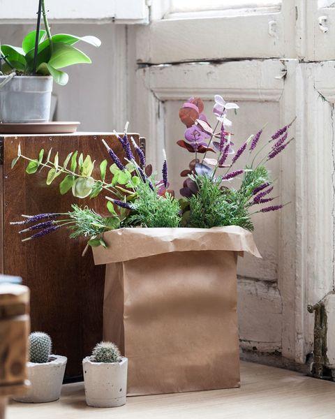 arreglo de flores en sacos de papel