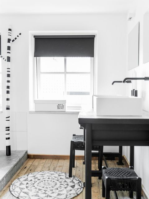 Floor, Flooring, Fixture, Musical instrument accessory, Rectangle, Daylighting, Stool, Home door, Piano, Keyboard,